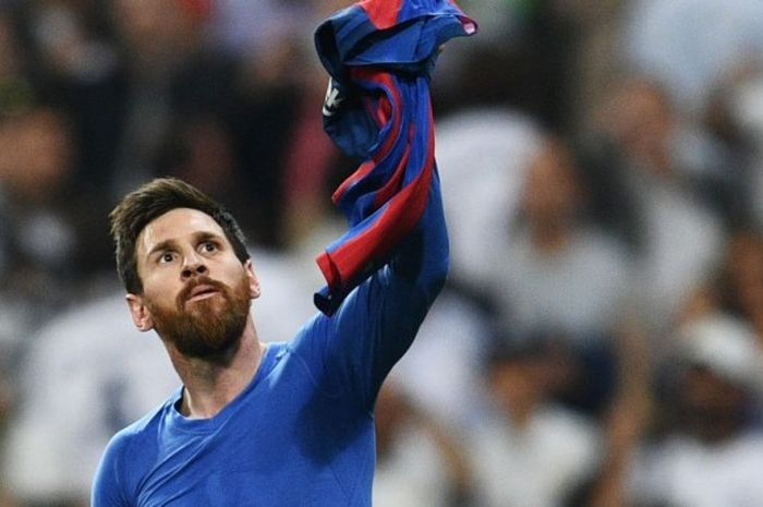 Megabintang Barcelona, Lionel Messi, melakukan selebrasi seusai menjebol gawang Real Madrid dalam laga di Santiago Bernabeu, Minggu (23/4/2017)