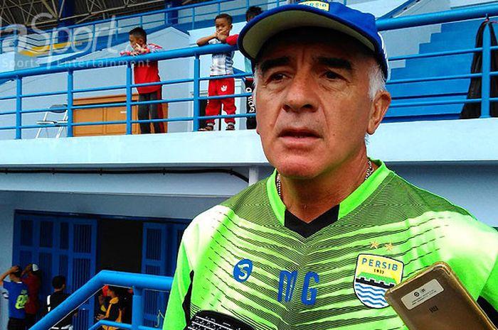Pelatih Persib, Roberto Carlos Mario Gomez, memberi keterangan kepada media saat ditemui di Stadion Arcamanik, Kota Bandung, Senin (19/3/2018).