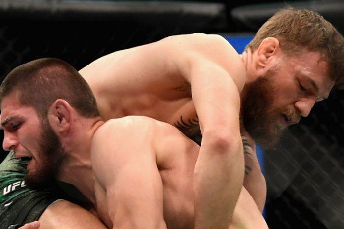 Conor McGregor dari Irlandia (kanan) bertarung melawan Khabib Nurmagomedov asal Rusia di UFC 229 di