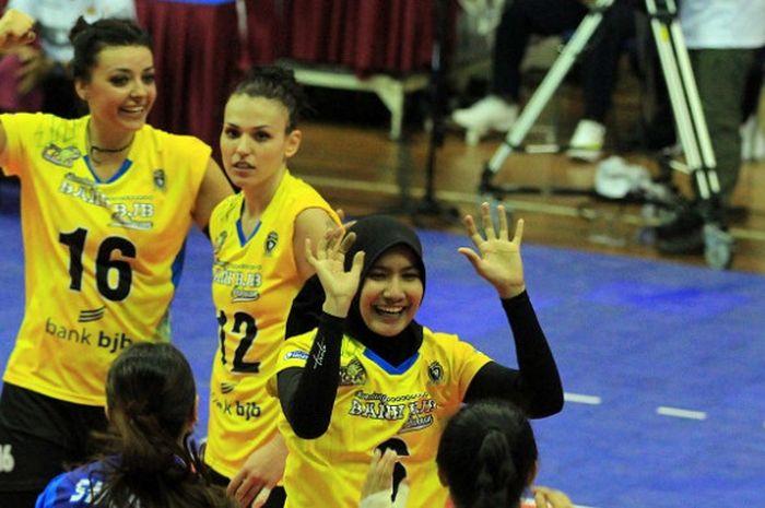 Tim bola voli putri Bandung Bank BJB Pakuan melakukan selebrasi setelah memenangi laga perdana final four Proliga 2018 di GOR Ken Arok, Malang, Jumat (30/3/2018).