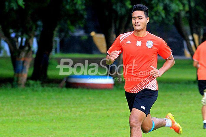 Gelandang Arema FC, Muhammad Rafli, saat mengikuti latihan bersama di Lapangan Dirgantara Kabupaten Malang, Jawa Timur, Selasa (12/12/2017) sore.