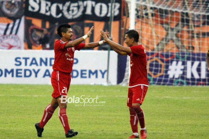 Striker Persija, Bambang Pamungkas, merayakan golnya bersama Ismed Sofyan pada laga kontra Mitra Kukar di babak perempat final Piala Presiden 2018 di Stadion Manahan, Solo, Minggu (4/2/2018).