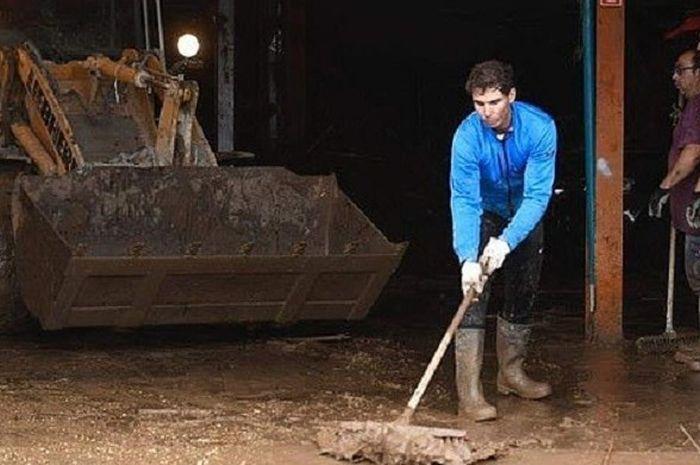 Rafael Nadal jadi relawan banjir bandang di pulau Majorca, Spanyol