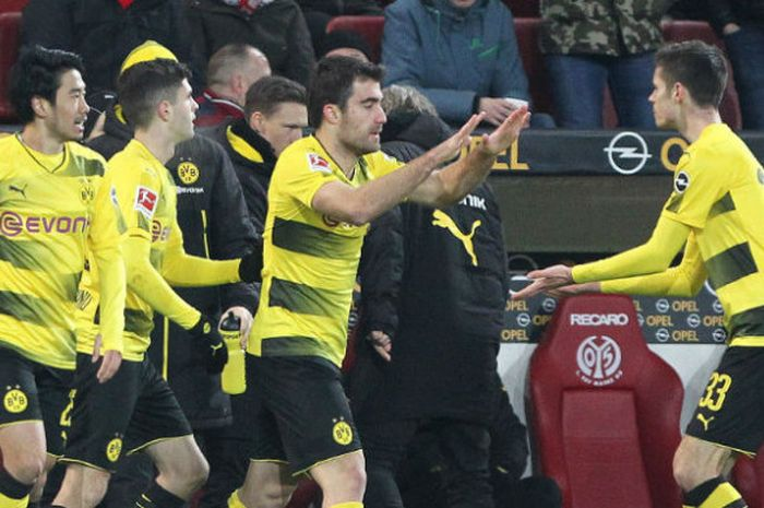 Para pemain Borussia Dortmund merayakan gol Sokratis Papastathopoulos (kedua dari kanan) pada pertandingan Liga Jerman melawan Mainz 05 di Stadion Opel Arena, Rabu (13/12/2017) dini hari WIB.