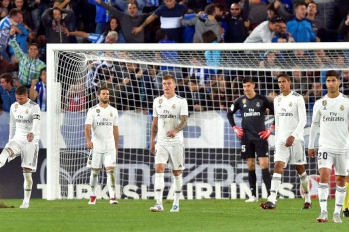 Ekspresi kekecewaan pemain Real Madrid setelah ditaklukkan Deportivo Alaves dalam partai Liga Spanyol di Stadion Mendizorroza, Vitoria, 6 Oktober 2018.