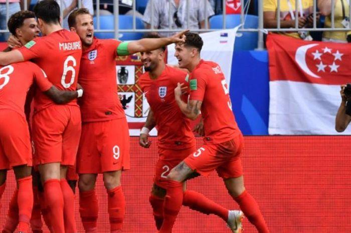 Para pemain timnas Inggris merayakan gol Dele Alli (kiri) ke gawang Swedia dalam partai perempat final Piala Dunia 2018 di Samara Arena, 7 Juli 2018.