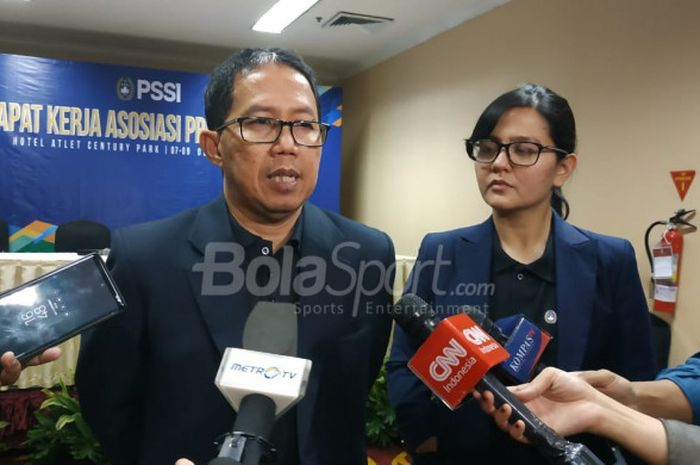 Wakil Ketua Umum dan Sekjen PSSI, Joko Driyono serta Ratu Tisha Destria menjawab pertanyaan wartawan