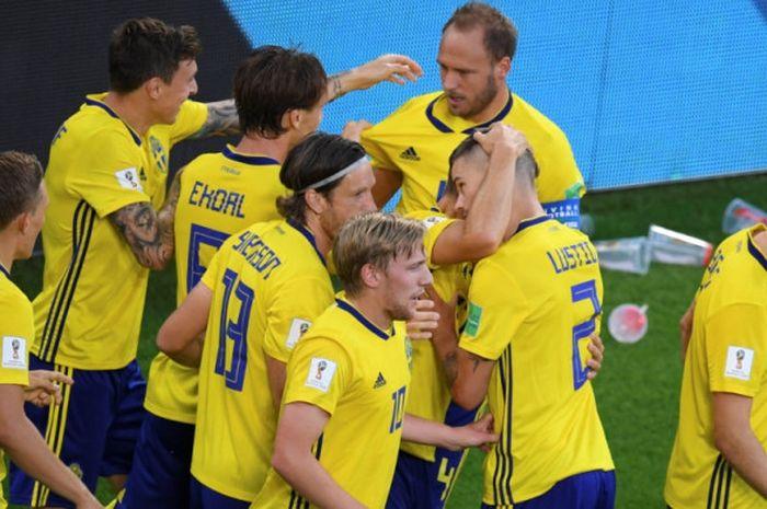 Para pemain Swedia merayakan gol Andreas Granqvist ke gawang Meksiko dalam partai Piala Dunia 2018 di Ekaterinburg Arena, Ekaterinburg, 27 Juni 2018.