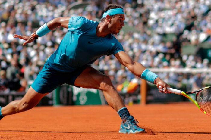 Aksi Rafael Nadal (Spanyol) pada laga semifinal sektor tunggal putra Roland Garros 2018 yang berlang