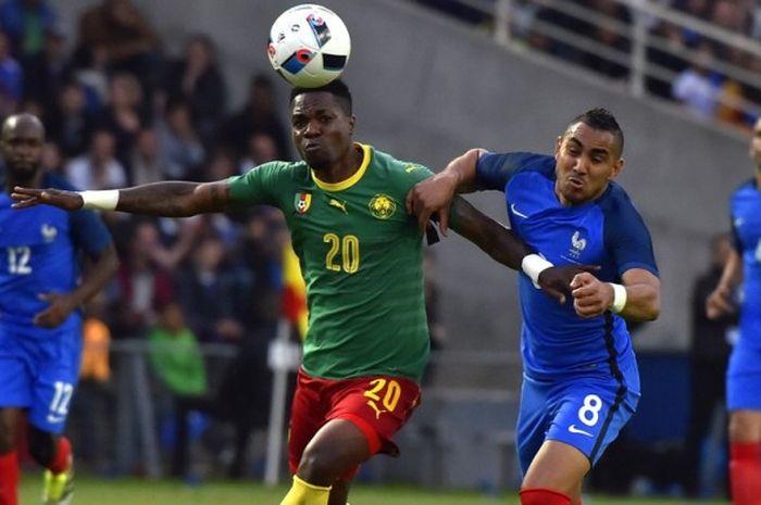Gelandang tim nasional Prancis, Dimitri Payet (kanan), tampil sebagai penentu kemenangan tipis di pertandingan persahabatan melawan Kamerun di Stade de la Beaujoire Louis Fonteneau, Senin (30/5/2016) waktu setempat.