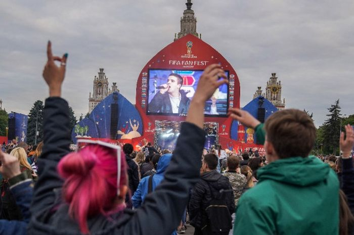 Suasana pembukaan FIFA Fan Fest di Moskwa, Rusia, Minggu (10/6/2018). Berbagai hiburan digelar di area FIFA Fan Fest tersebut. Selain itu, penonton yang tidak mempunyai tiket pertandingan juga dapat menyaksikan pertandingan melalui layar lebar yang disediakan.
