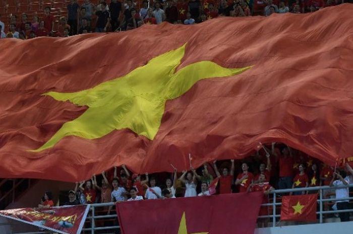 Aksi suporter Vietnam di ajang kualifikasi Piala Dunia 2018.