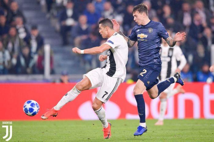 Megabintang Juventus, Cristiano Ronaldo (kiri), mencetak gol ke gawang Manchester United dalam laga Grup H Liga Champions di Stadion Allianz, Turin, Italia pada 7 November 2018.