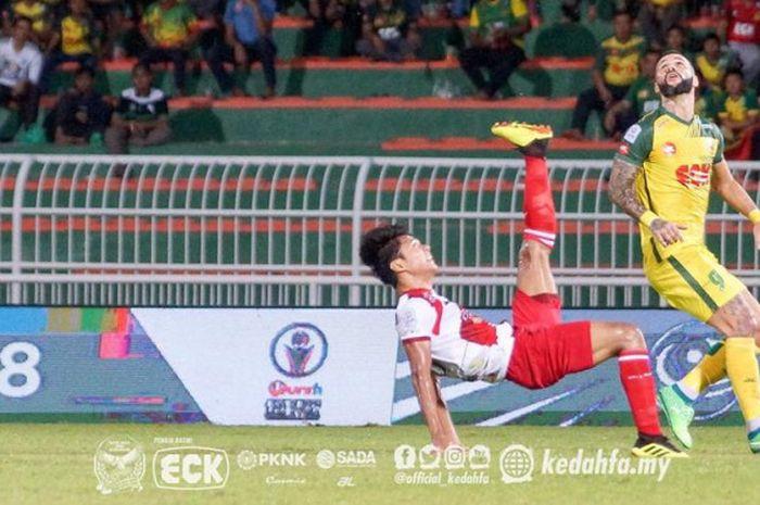 Aksi Achmad Jufriyanto saat mengamankan pertahanan Kuala Lumpur FA yang dijamu Kedah FA pada pekan k