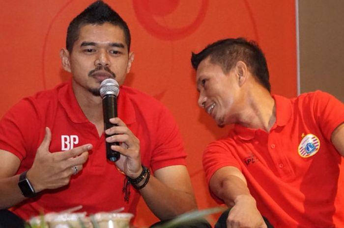 Dua pemain senior Persija, Bambang Pamungkas (kiri) dan Ismed Sofyan dalam acara buka bersama ma