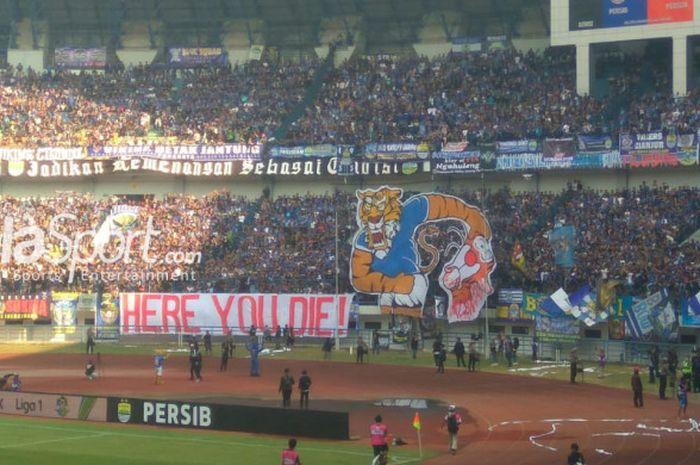 Koreografi bobotoh pada laga Persib Bandung kontra Persija Jakarta di Stadion Gelora Bandung Lautan Api, Bandung. Minggu (23/9/2018),
