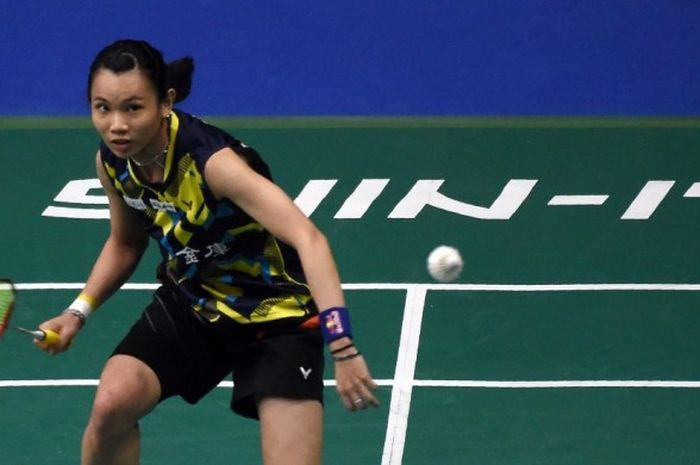 Pebulu tangkis tunggal putri nomor satu dunia, Tai Tzu Ying (Taiwan), saat menjalani laga melawan Sayaka Sato (Jepang) pada babak perempat final Singapura Terbuka yang berlangsung di Singapore Indoor Stadium, Jumat (15/4/2017).