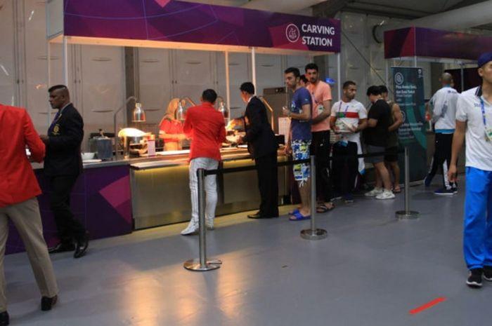 Suasana makan malam atlet dan ofisial Asian Games 2018 di Wisma Atlet, Kemayoran, Rabu (29/8/2018).