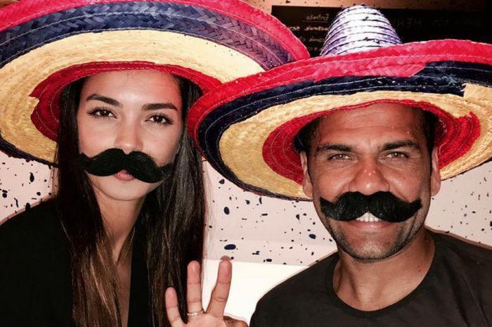 Dani Alves (kanan) bersama Joana Sanz