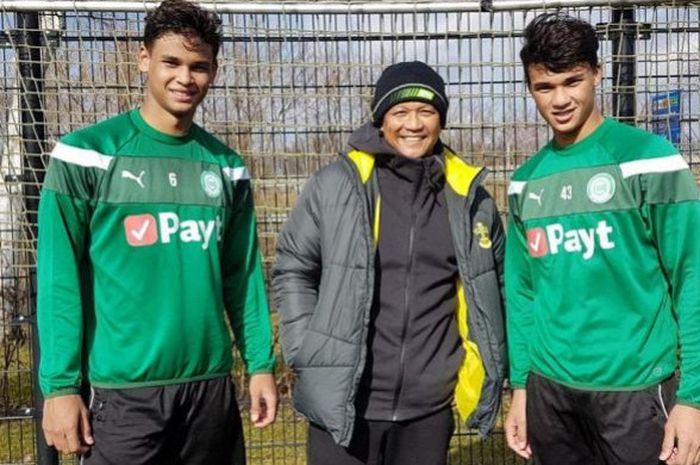 Legenda sepak bola Singapura, Fandi Ahmad diapit dua putranya, Ikhsan (kanan) dan Irfan Fandi, di markas klub Liga Belanda, FC Groningen pada 5 Maret 2018.