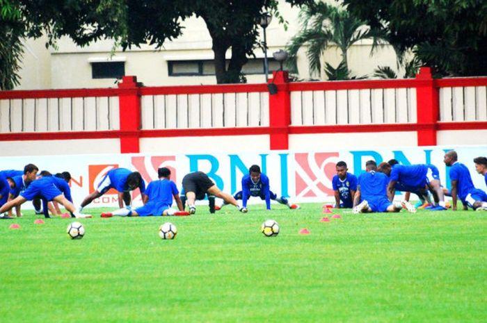Skuat Persib Bandung tengah menjalani latihan di Stadion PTIK, Jakarta, pada Jumat (2/11/2018).