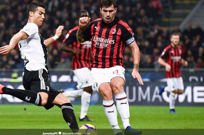 Megabintang Juventus, Cristiano Ronaldo (kiri), berduel dengan bek AC Milan, Alessio Romagnoli, d