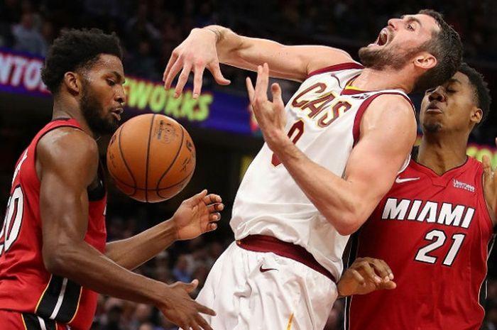 Pemain Cleveland Cavaliers, Kevin Love (tengah), berduel dengan dua pemain Miami Heat pada laga NBA, di Quicken Loans Arena, Selasa (28/11/2017).