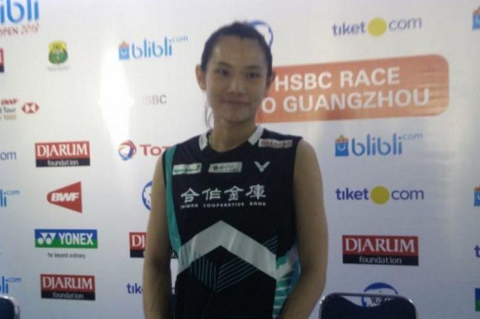 Pebulu tangkis tunggal putri Taiwan, Tai Tzu Ying, berpose dalam sesi konferensi di Istora Senayan,