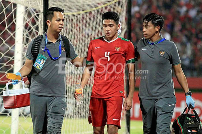 Pemain timnas U-19 Indonesia, Samuel Christianson, mendapat perawatan dari tim medis usai berbentura