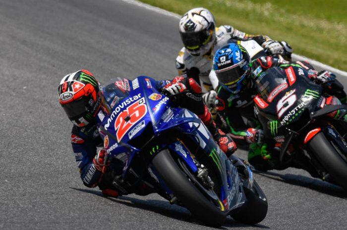 Pebalap Movistar Yamaha, Maverick Vinales (#25), berada di depan Johann Zarco dan Alvaro Bautista saat menjalani balapan MotoGP Italia di Sirkuit Mugello, (3/6/2018).