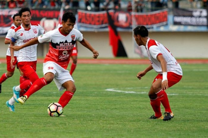 Penyerang Blitar United, Saktiawan Sinaga, tampil dalam laga persahabatan melawan Persis Solo di St