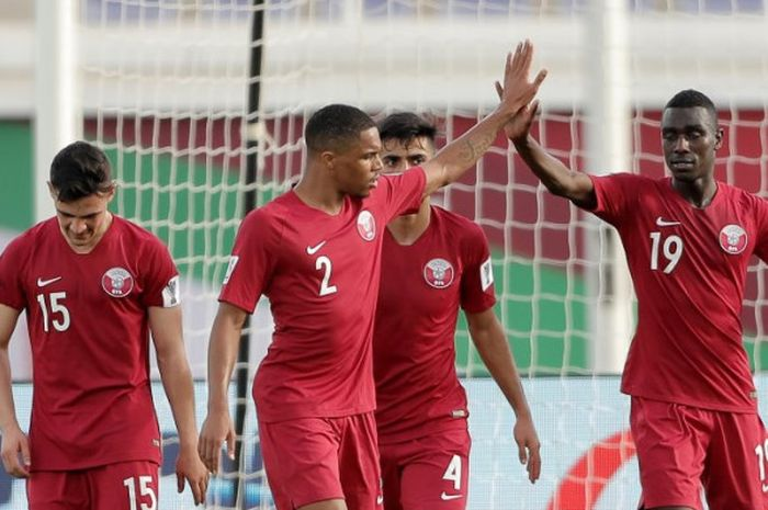 Pemain kelahiran Sudan, Almoez Ali (19) disambut para pemain timnas Qatar seusai mencetak empat gol