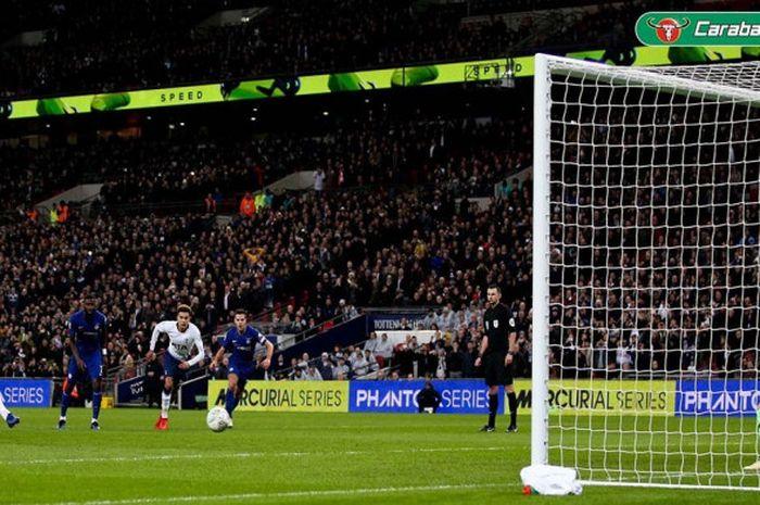 Penyerang Tottenham Hotspur, Harry Kane, mencetak gol ke gawang Chelsea dalam laga leg pertama semifinal Piala Liga Inggris di Stadion Wembley, London pada 8 Januari 2019.