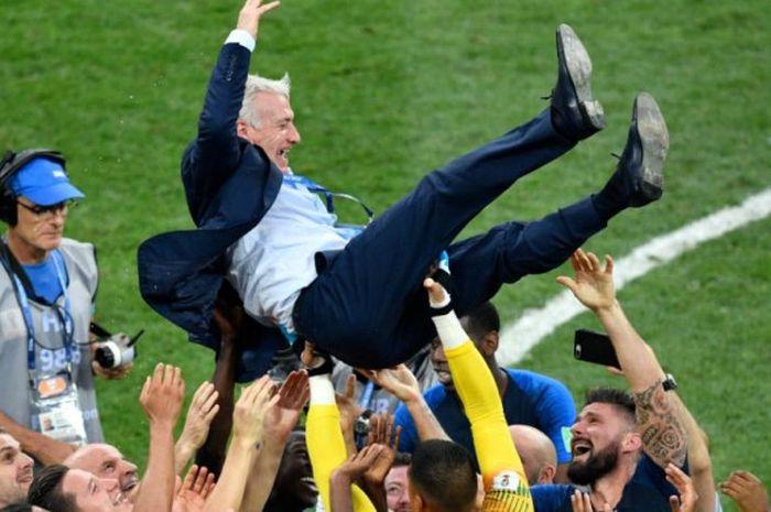 Pelatih Didier Deschamps dilempar ke udara oleh pemainnya setelah membawa timnas Prancis mengalahkan Kroasia dalam laga final Piala Dunia 2018 di Stadion Luzhniki, Moskow, 15 Juli 2018.