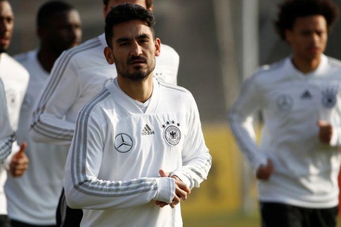 Gelandang Tim Nasional Jerman, Ilkay Guendogan, menjalani sesi latihan.