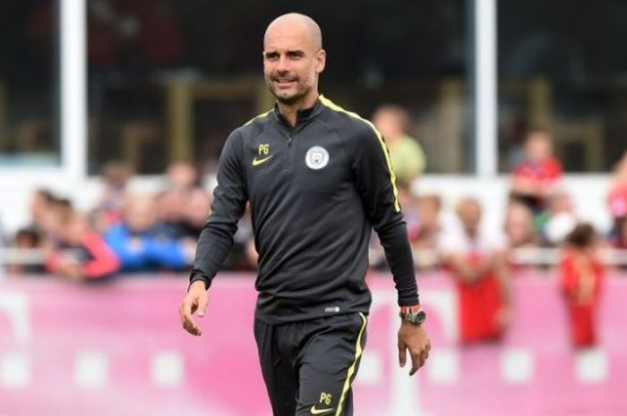 Manajer Manchester City, Pep Guardiola, mendampingi anak asuhnya menjalani sesi latihan di Munich, Jerman, 21 Juli 2016.