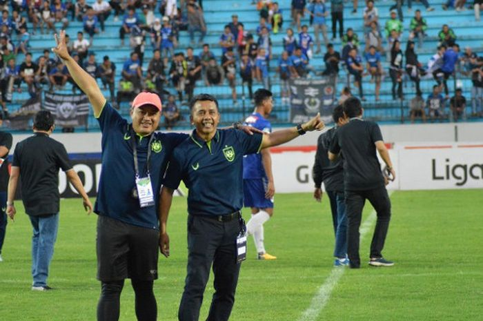 Pelatih PSIS Semarang, Jafri Sastra (kanan) dan pelatih fisik Budi Kurnia (kiri) setelah laga PSI