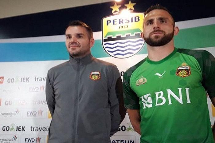 Ilija Spasojevic (kanan) dan Simon McMenemy (kiri) dalam konferensi pers di Graha Persib, Sabtu (23/