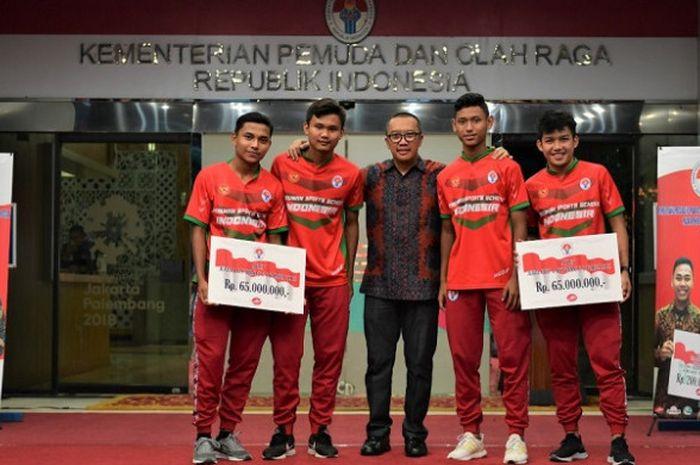 Kemenpora berpose dengan timnas sepak bola U-19 dalam acara pemberian bonus di Kantor Kemenpora, Senayan, Jakarta, Rabu (5/12/2018).