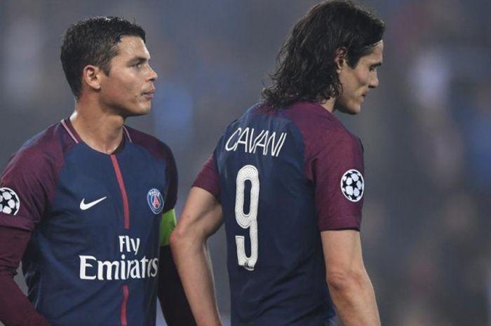Edinson Cavani (kanan) dan Thiago Silva bereaksi lesu setelah partai Liga Champions antara Paris Sa