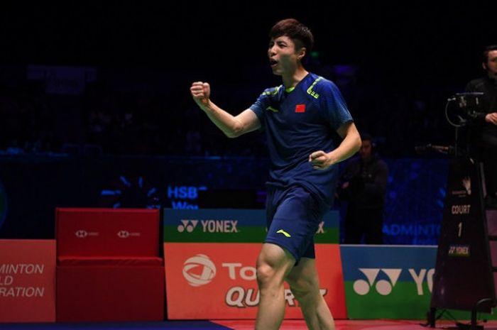 Pebulu tangkis tunggal putra China, Shi Yuqi, melakukan selebrasi setelah memenangi laga atas Son Wan-ho (Korea Selatan) pada semifinal All England 2018 yang berlangsung di Arena Birmingham, Inggris, Sabtu (18/3/2018).