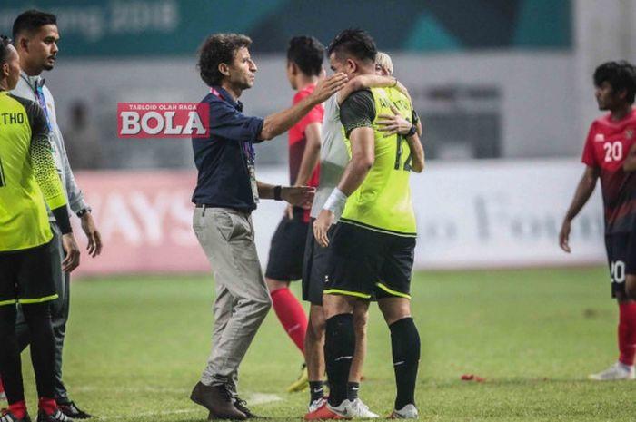 Pelatih timnas U-23 Indonesia, Luis Milla, menghibur kiper Andritany Ardhiyasa setelah kalah dalam adu penalti dari UEA di babak 16 besar Asian Games 2018, Jumat (24/8/2018) di Stadion Wibawa Mukti, Cikarang.
