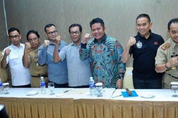 Gubernur Sumatera Selatan, Herman Deru, melakukan konferensi pers dengan pihak pengelola PT Sriwijaya Optimis Mandiri, Muddai Madang, di Hotel Horison Ultima, Senin (7/1/2019).
