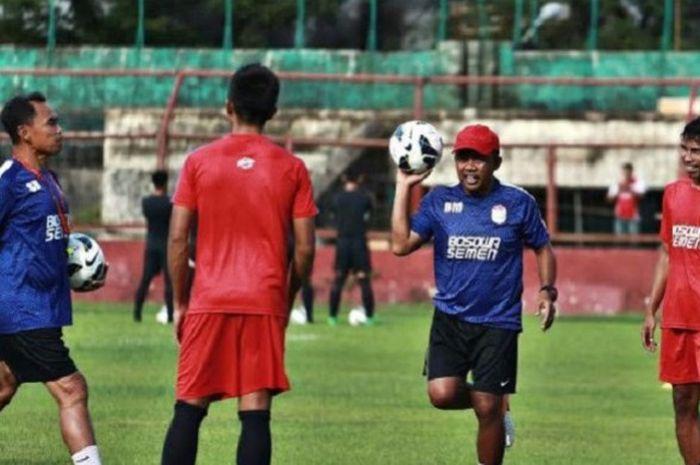 Asisten Pelatih PSM Makassar Bahar Muharram dan Syamsuddin Battola saat latihan pemain, di Stadion M