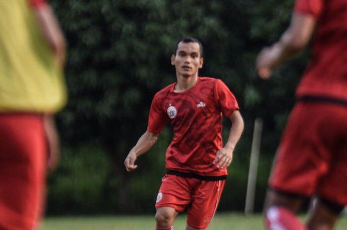 Riko Simanjuntak menjalani latihan pertamanya bersama Persija Jakarta, di Lapangan PSAU, Jakarta Timur, Jumat (12/1/2019).