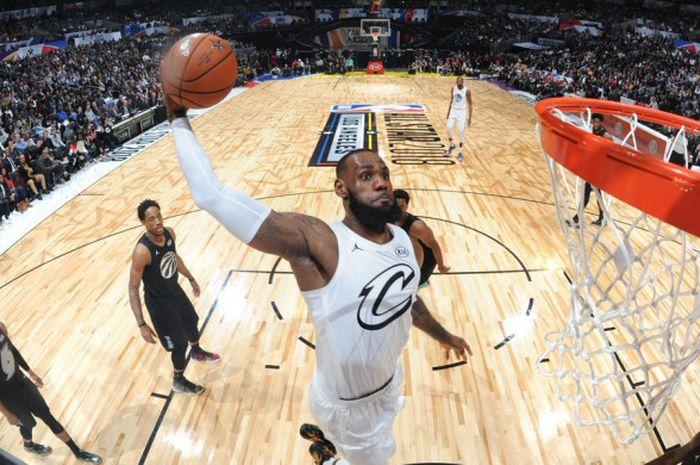 Aksi LeBron James saat akan melakukan dunk pada laga NBA All Star 2018 yang berlangsung di Staples