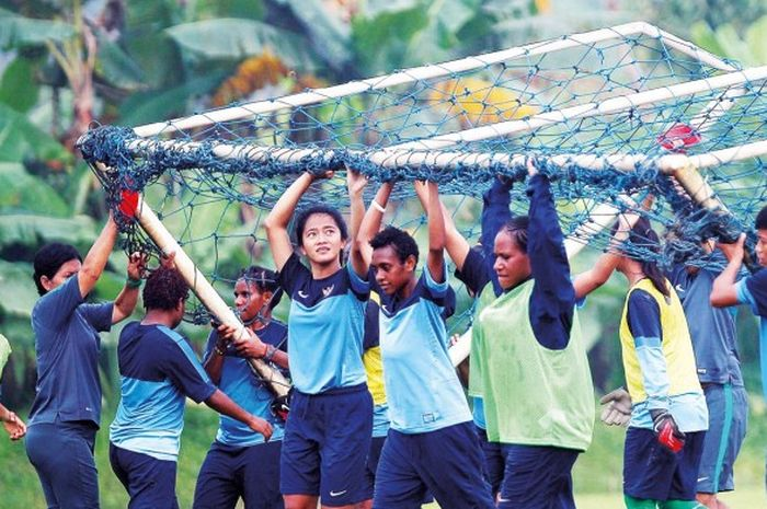 Pemain tim nasional sepakbola putri Indonesia berlatih di Sawangan, Depok, Jawa Barat, Senin (13/4/2015), menjelang piala AFF Women Championship di Vietnam.