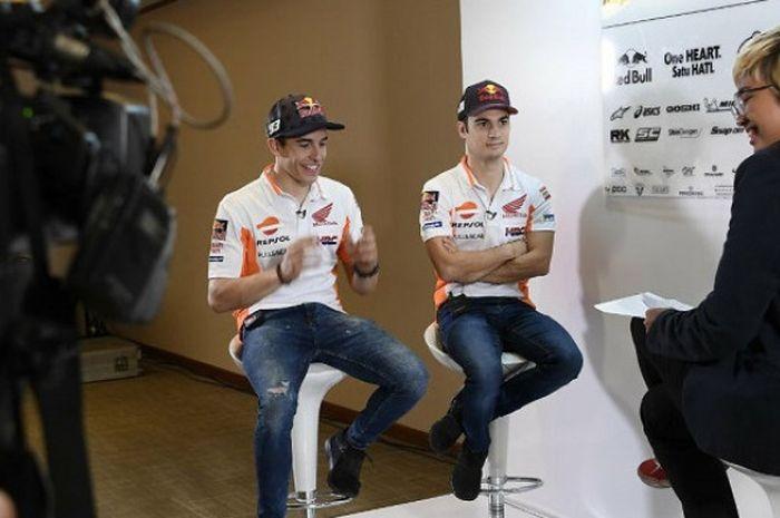 Dua pebalap Repsol Honda Team, Marc Marquez dan Dani Pedrosa menjalani sesi wawancara di JIExpo Kemayoran, Jakarta, Selasa (20/2/2018).
