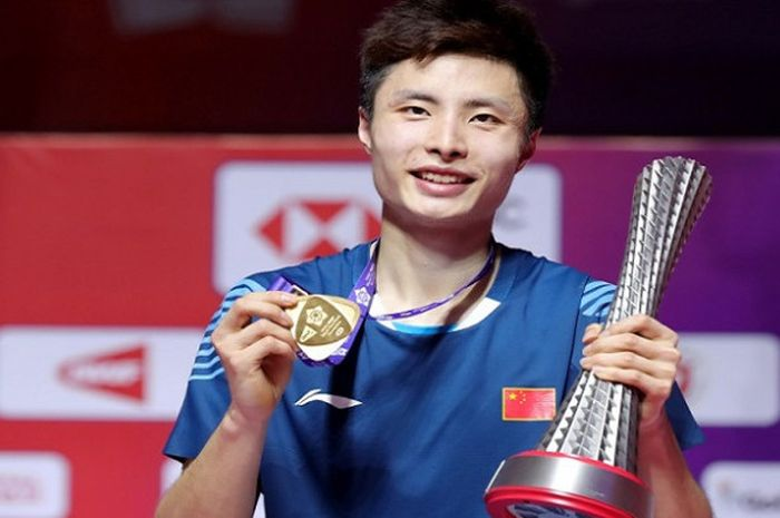 Tunggal putra China, Shi Yuqi, saat berpose dengan memegang medali dan trofi setelah tampil sebagai juara pada BWF World Tour Finals 2018.