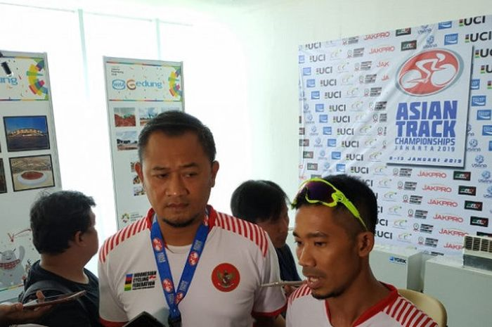 Atlet balap sepeda disabilitas Indonesia, Muhammad Fadli Immammuddin (kanan), saat menghadiri konferensi pers Asian Track Championships 2019, di Jakarta International Velodrome, Jakarta Timur, Senin (7/1/2019).